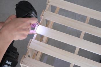 すのこの繋ぎ目部分や棚にはビスや釘などを打ち込むと、より強度が増します。 しっかり固定するとなんでも置くことができる安定したすのこ棚になります。