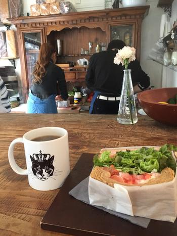 サンドウィッチはすべてトーストしてあるので、温かな状態で召し上がれます。また野菜もたっぷり食べたいけれど、お肉も!という方には、追加可能なトッピングメニューもありますよ。