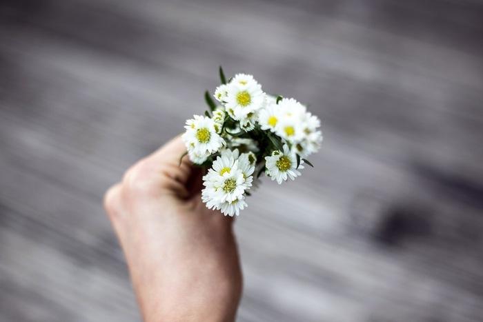 庭で摘んだお花やハーブはご近所さんにおっそ分けすることもしばしば。人と人との繋がりを大切にする温かいお人柄も人気の理由です。