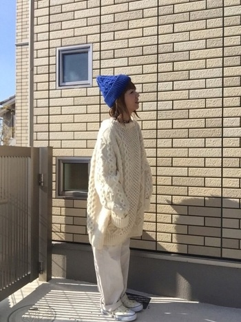 オールホワイトコーデの差し色に、鮮やかなロイヤルブルーのニット帽を取り入れて。