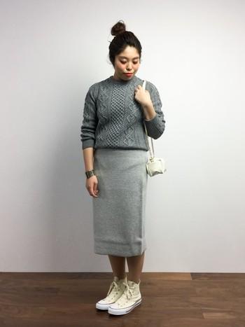 グレーの濃淡で合わせた上級ワンカラーコーデ。ナチュラルな雰囲気の漂うアランニットも、すっきりシルエットのタイトスカートを合わせることでスタイリッシュな着こなしになります。