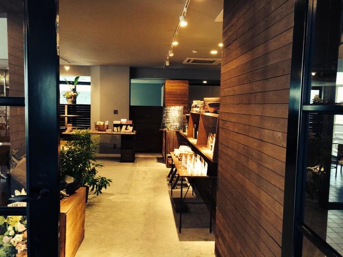アアルトコーヒーの美味しいコーヒーが味わえるカフェ「14g」。 木を基調とした店内は、ゆったりとした時間が流れる、居心地の良い空間になっています。 店内には丁寧にセレクトされた、センスの良い雑貨やお洋服も。