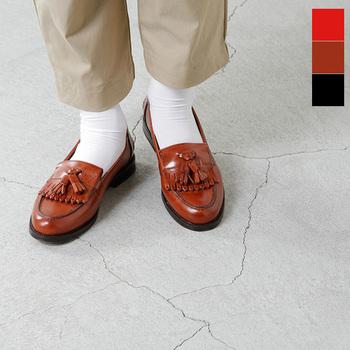 """タッセル・ローファー(tasseled loafers) タッセルが付いたエレガントなタイプ。現在のスタイルは、アメリカの老舗紳士靴ブランド""""Alden(オールデン)社""""によって作られたのだそう。"""