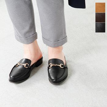 """ビット・ローファー(bit loafers) 馬具の形を模した金具が付いているタイプ。このデザインはイタリアの有名ブランド""""GUCCI(グッチ)""""が最初に取り入れたとのこと。"""