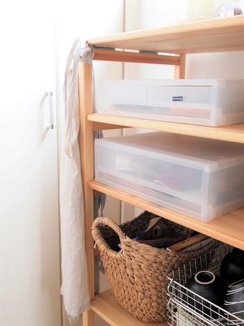 例えばユニットシェルフに入れて、こまごまとした物の定位置に。入れたいものに合わせて積み重ねて増やすことも自由自在です。