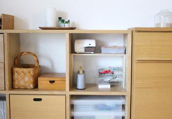★木製のボックスと合わせて収納★  籐製のボックスとクリアケースと木製の引き出しで見せたくない部分は木製の引き出した籐製で。 クリアーケースがあることで、アクセントになりますよ。  よく使うものは木製のオープンケースを利用して。  使う時はそのまま箱ごと取り出して、片付ける時もそのまま元の所へ戻すだけ。 コレなら手間がかかりませんよね。
