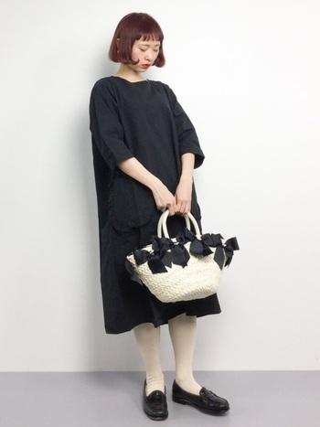 ブラックでまとめたワンカラーコーデ。シンプルなブラックドレスにはキュートなリボンのバッグを合わせて。マニッシュなローファーで全体を引き締めるのがポイントです。