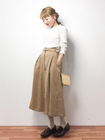 やさしいカラーのワントーンコーデ。メンズライクなローファーは、レディなフレアスカートとも良く合います。