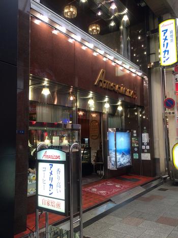 """一見よくある古めの喫茶店ですが、中に入るとゴージャスな内装にぎょっとする""""大阪的昭和""""にどっぷり浸かれる純喫茶。"""