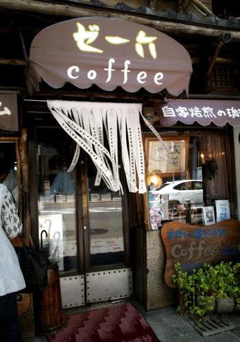 堺筋本町にこじんまりと佇む、和と洋がMIXされた不思議な店構えに独特の雰囲気を感じる純喫茶ゼー六。