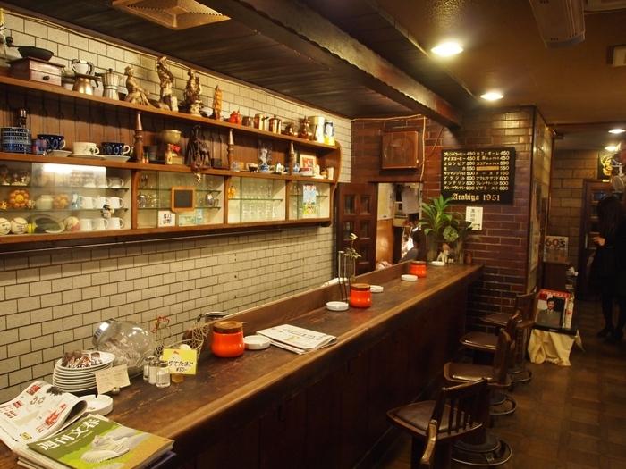 1950年代から続く「アラビヤ珈琲店」。先代のマスターがテーブルを改造して作ったという椅子がカウンターに並んでいます。 常連客も初めてのお客さんもくつろげる落ち着いた雰囲気。