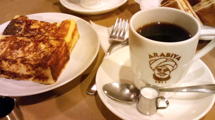 美味しいと評判の珈琲と、口コミで注目を集めて人気メニューとなったフレンチトースト。カップにはターバンを巻いたおじさんのロゴが。