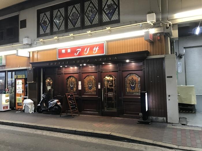 阪急電車の高架下にあるこちらのお店は、外観からすでに期待大。古くからの常連客に加え、若者の常連客も意外と多いお店です。