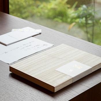中川政七商店と、紙の専門商社「竹尾」がコラボして生まれた本格的な文箱です。手紙をしたためる際、背筋がシャンと伸びるような心地よい高級感が漂います。