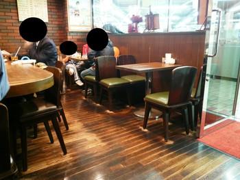 昭和の薫り漂う店内。長年使いこまれた趣のあるテーブルや椅子も時の流れを感じさせてくれます。