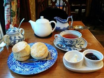 アフタヌーンティーと言えば、美味しい紅茶とスコーンです。ジャムやクリームをつけて召し上がれ!