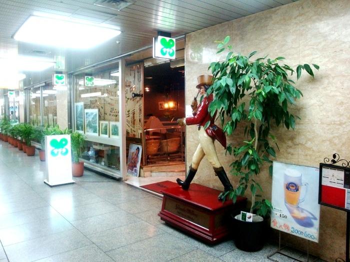 昭和の空気が残る大阪駅前ビルに店を構える「マヅラ喫茶店」。颯爽と歩く紳士が目印です。