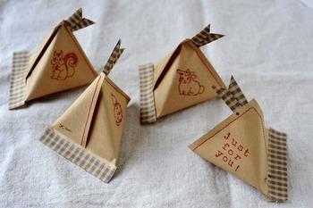 テトラバッグは、封筒などを使って簡単に手作りすることもできます。好きなスタンプなど押して、オリジナルなラッピングにしましょう。