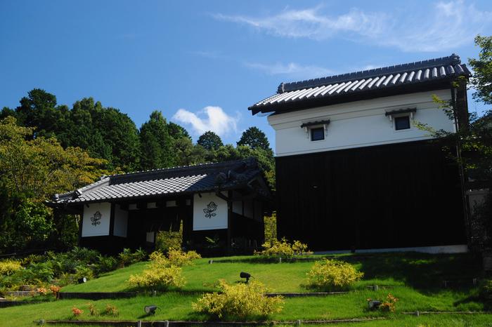 城郭のような門が特徴的なレストラン、ル レーヴは、石上神宮外苑公園に隣接しています。周囲の美しい自然が、荘厳な佇まいをした日本家屋風の外観の美しさを引き立てています。