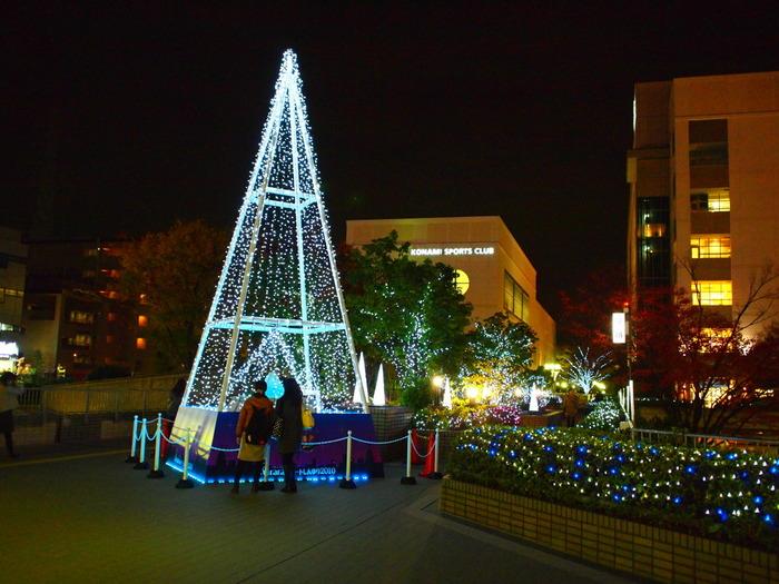 11月から2月までは「kirara@アートしんゆり」が開催されます。2016年は南口広場のピラミッド型クリスマスツリーを初めとして、駅周辺が約13万個のイルミネーションで飾られました。  またピラミッドのある広場では昭和音楽大学によるクリスマスイベントや、エルミロード内でオペラ歌手を招いてのコンサートも。このように、街を歩きながら「生の芸術」に触れる機会というのもなかなかないですよね。