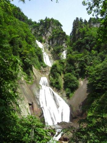 """こちらは「羽衣の滝」。""""日本の滝百選""""に選ばれている滝で、水の流れる様がまるで天女の羽衣のように見えることから名前が付いています。"""