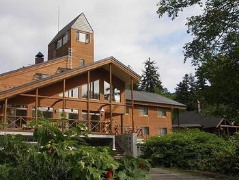 大雪山系の旭岳山麓に佇む温泉郷。ロープウェイ駅の周辺に山荘風の温泉ホテルが点在しています。