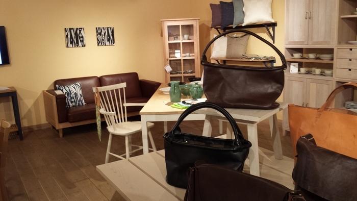 敷地内にはギャラリー、カフェ、ベーカリーがあります。ギャラリーでは家具やインテリアを展示しており、一生使える無垢材の味わいある木で作られた家具が置いてあります。
