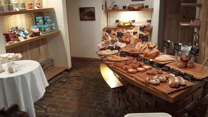 ベーカリーでは、できるだけ素材にこだわって、安全で、安心な、おいしいパンを作りたいというオーナーの想いのもと、ハード系やデニッシュなどを中心としたパンが並べられます。