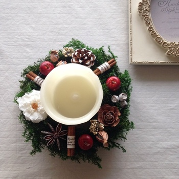 こちらはfuwawaさんの作品。 ヒムロスギをベースとした、白いフレンチマリアンヌと赤いリンゴがポイントのリースです。 キャンドルリースとしてテーブルに飾っても目を引く華やかさが魅力的ですね。