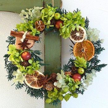 こちらはniichika(ニイチカ)さんの作品。 松ぼっくりに、シナモンスティック。乾燥させた果物など、飾りつけ次第で個性的なリースに。