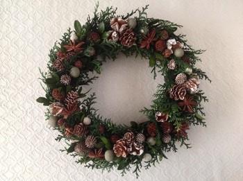こちらはPAPER MOONさんの作品。 ヒノキをベースとしたリースに、たくさんの木の実を飾り付けて。 クリスマスカラーを主張しすぎないナチュラルな色合いなので、冬の間ずっと飾っておけます。
