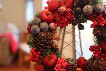 こちらはtoricoさんの作品。 赤いベリー系の木の実をたっぷりと飾り付けた、華やかなリースです。クリスマスだけ飾っておくのはもったいないくらい素敵ですね!
