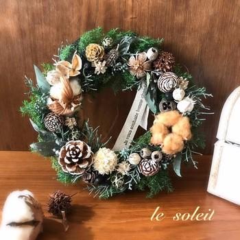 飾り付けは、自由に!  手持ちのクリスマスオーナメントやリボン、木の実、花、フルーツ、ハーブ等など。 ぜひ楽しんで、飾り付けましょう。  玄関に大ぶりのリースを飾る時は、大きめの飾りの方が見栄えがします。チマチマとせず、大らかに飾りましょう。  こちらはle soleilさんの作品。コットンフラワーやタグなどで飾り、華やかながらもナチュラルにまとまっています。
