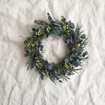 こちらはm fleur*さんの作品。 ティーツリーとユーカリ、ライムグリーンのペッパーベリーを使用したグリーンリースです。