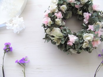 こちらはkietto chloeさんの作品。 生花のユーカリをベースに、薄緑のオレガノと桜色のアジサイを飾り付けたリースです。 シルバーグレイの葉と淡い花々が、どこかクラシックで素敵ですね。