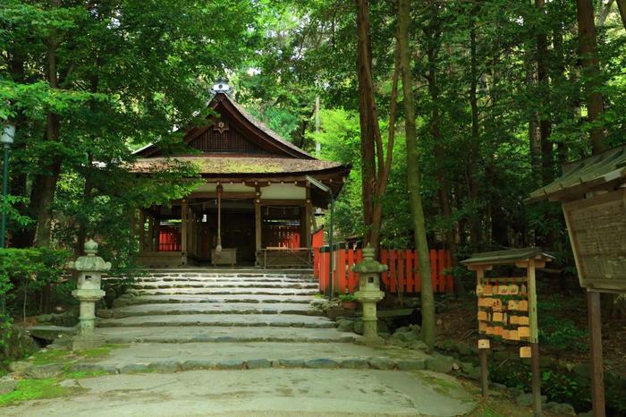 上賀茂神社から徒歩10分程にある「大田神社」は、上賀茂神社境外摂社。この神社の参道東側には、日本三大カキツバタ自生地の一つとして数えられる「大田の沢」があります。【画像は「大田神社」の拝殿。】