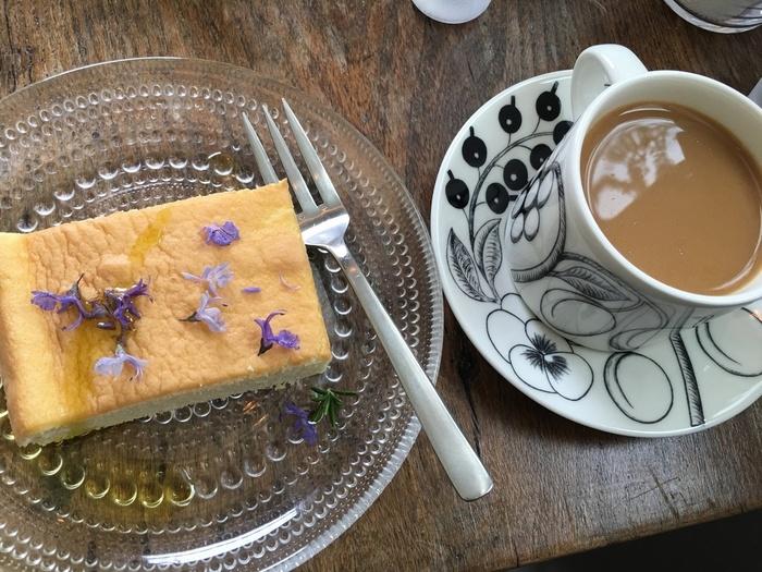 イギリスの家庭料理のような素朴で美味しいお菓子のメニューは、季節に合わせて変わります。国産小麦やアルミニウムフリーのベーキングパウダー、ビートグラニュー糖など、安心で良い素材を心がけているそう。  ドリンクはコーヒーや紅茶のほかに、リンゴのストレートジュースや国産オーガニックのジンジャーエールが。季節の紅茶は世界の茶園から取り寄せた茶葉から店主さんがセレクトしています。