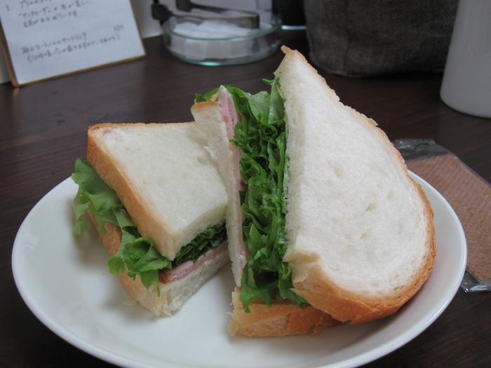 スイーツ以外に極上ロースハムのサンドイッチも。パリッとした皮の柔らかいパンとシンプルな具材、優しい味つけです。