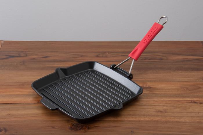 波型スキレットでもパニーニが作れます。 耐熱皿や鍋など重しを上に乗せてギュッとつぶすように焼き、ひっくり返して裏面も焼き上げれば、簡単に美味しいパニーニサンドが出来上がります♪