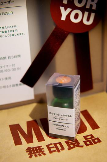 シンプルなグリーンのボトルはプレゼントにも最適!こちらのエッセンシャルオイル、「グレープフルーツ」は爽やかでみずみずしい香りが人気です♪