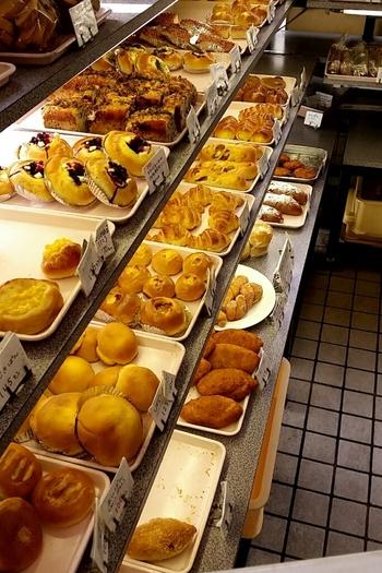 小さな店内にはたくさんの種類のパンがずらりと並びます。サービス品と書かれたパンも多く、全体的にリーズナブルなのが嬉しいですね。  また、近くの保育園や老人ホームにもパンを提供しているためか、アレルギー物質を使用していないというパンも。