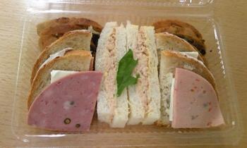近くにある有名な自家製ハムとソーセージのお店「ハウスメッツガー・ハタ」のハムを使ったサンドイッチ(380円)も。このお値段で味わえるなんて驚きです♪