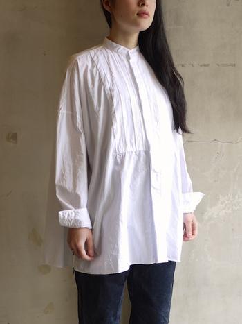 ハリ感のある上質なスイスコットンを使ったドレスライクなシャツ。細かなギャザーを施したふんわりとしたシルエットが上品な女性らしさを演出してくれます。ボトムスはシンプルに、あくまでシャツを主役にした着こなしがおすすめ。