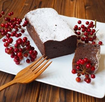 """カカオ香る濃厚なチョコレート生地をしっとり焼き上げる""""チョコレートテリーヌ""""は、テリーヌ型(パウンド型)に生地を流し込み、常温または冷やしたものを頂きます。"""