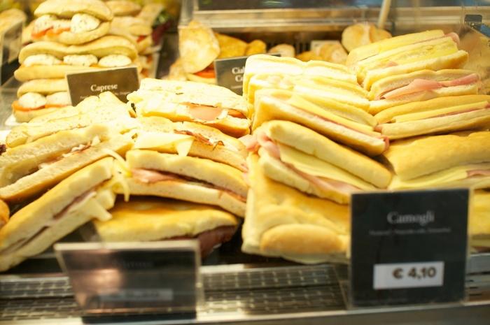 野菜やチーズといった栄養を一度に摂れるので忙しい朝やランチタイムにピッタリのメニュー。 タップリ入ったチーズが溶けてパンと具材が一体化するので、とても食べやすいのもポイントです。