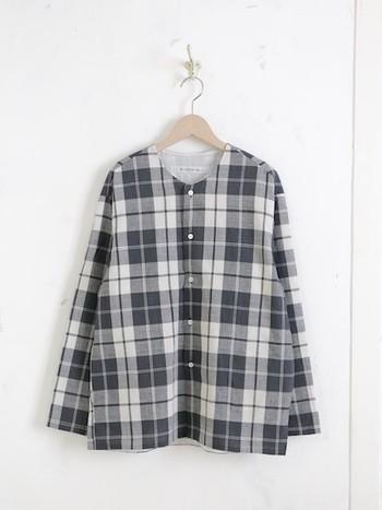 ノーカラーのマドラスチェックシャツは、リラックス感たっぷり。ヨーロッパのファーマーシャツをイメージしてデザインされていて、どこかほっこりムードが漂います。前開きで羽織として使ってもOK。夏でも快適に過ごせます◎。
