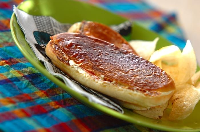 クリームチーズとスモークサーモンが入った一品。パンはホットドッグ用のパンを使っています。