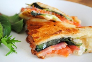 モッツァレラチーズ、フレッシュバジル、ベーコンか生ハム、トマトを挟んだ基本のパニーニ。レシピは手軽に食パンを使っていますが、お好みのパンで試してみましょう。