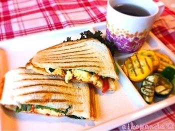 チーズオムレツとトマトが入ったパニーニのレシピです。夏野菜のソテーも添えて、よりヘルシーに。