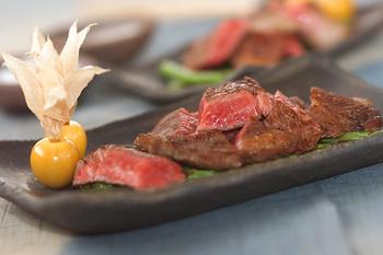 ちょっといい牛肉が手に入ったら、そのときは迷わずシンプルに調理して。焼く30分位前には冷蔵庫から出し常温に戻すこと、加熱の際はフライパンがしっかりと熱くなってから肉を入れることがポイントです。